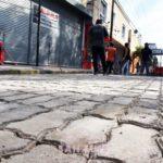 La Ciudad fabrica y coloca adoquines en paradas de colectivos